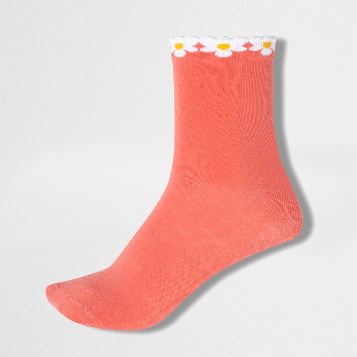 Koraalrode sokken met madeliefjes langs de boord