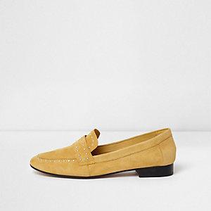 Gelbe, nietenverzierte Loafer aus Wildleder