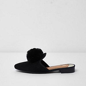 Schwarze Schuhe mit offenem Fersenbereich und Kunstfellbommel