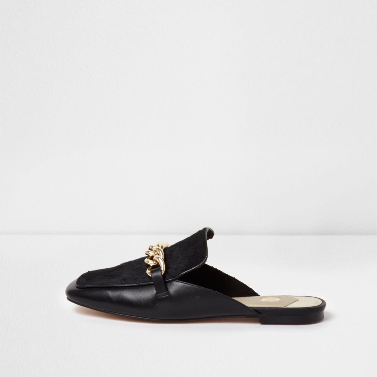 Schwarze Loafer aus Leder mit Ponyfell und Zierkette