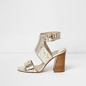 Sandales métallisées dorées cloutées à talons carrés
