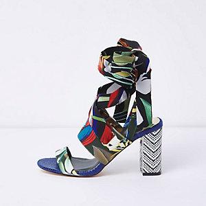 Blauwe sandalen met tropische print, knooplint en blokhakken