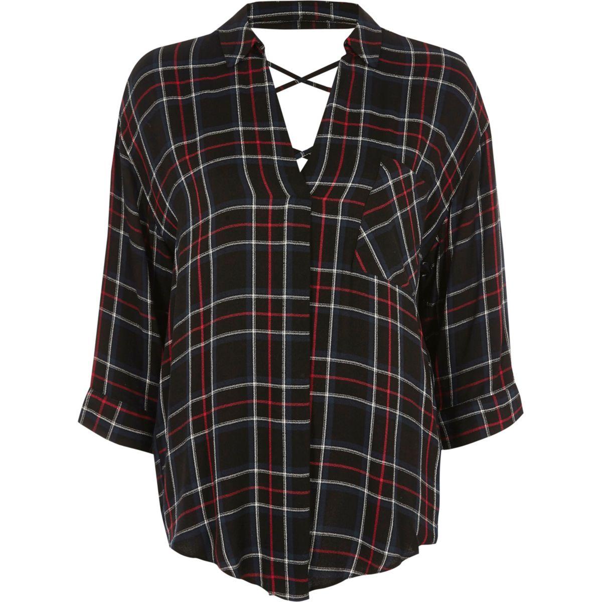 Zwart met rood geruite blouse met gekruist bandje op de rug