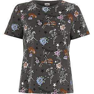 Kaki aansluitend T-shirt met circusprint