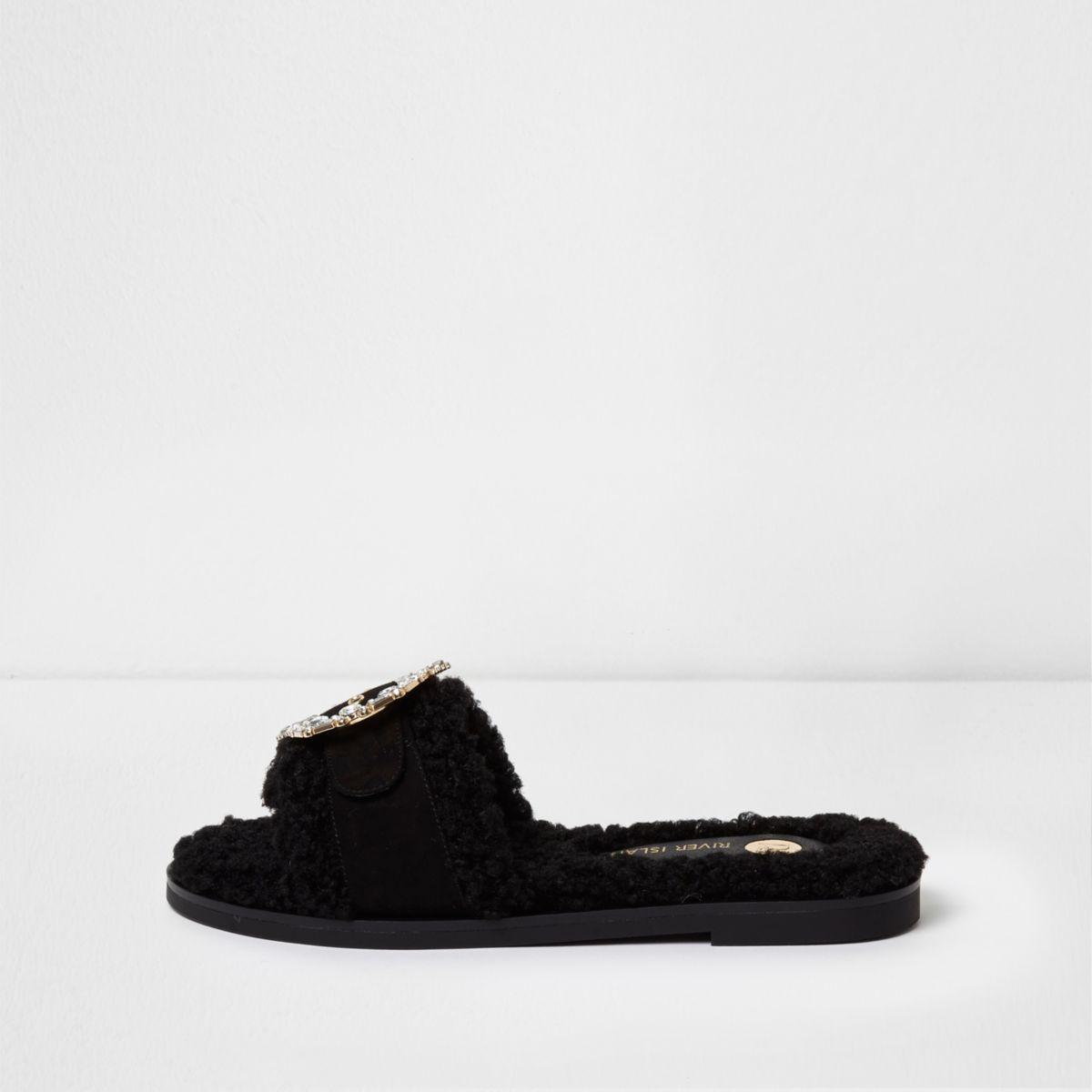 Zwarte slippers met imitatieschapenvacht en broche met stras