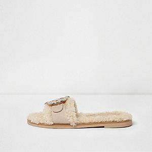 Crème slippers met imitatieschapenvacht en broche met stras