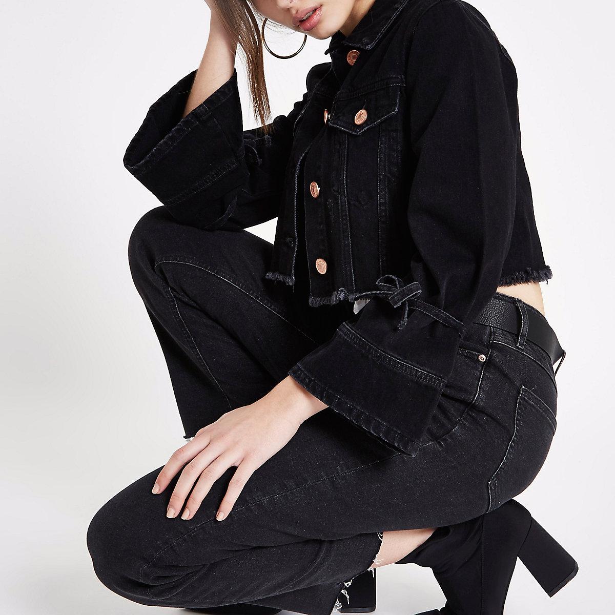 Schwarze, kurze Jeansjacke im Used-Look