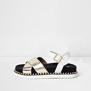 Sandalen in Weiß-Metallic mit Kunstperlen