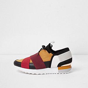 Donkergele hardloopschoenen met kleurvlakken