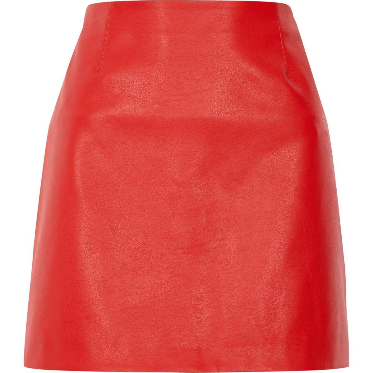 Roter Minirock aus Kunstleder