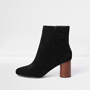 Zwarte suède enkellaarsjes met blokhak en brede pasvorm