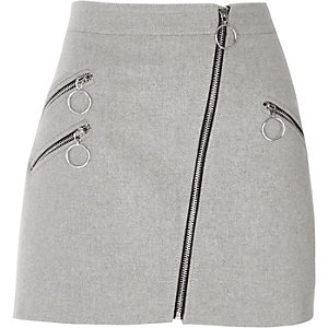 Mini-jupe grise coupe trapèze avec poche à fermeture éclair et anneau