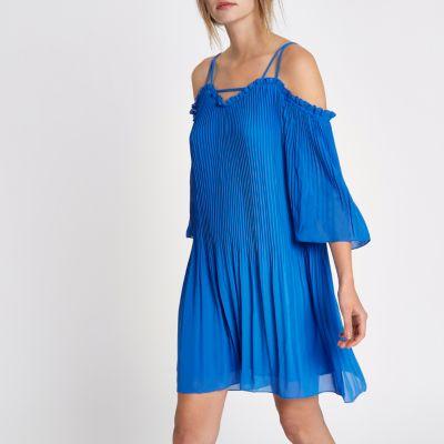 River Island Robe évasée bleue épaules dénudées en mousseline plissée