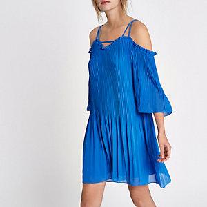 Robe évasée bleue épaules dénudées en mousseline plissée
