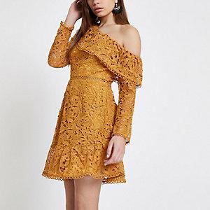 Mosterdgele kanten jurk met blote schouder en ruches
