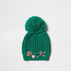Bonnet vert à pompon orné de bijoux