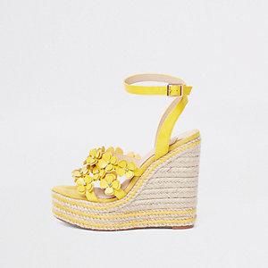 Chaussures jaunes à plateforme style espadrilles et talons compensés à motif floral