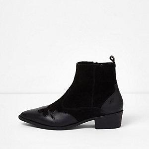 Bottines style western en daim noir coupe large