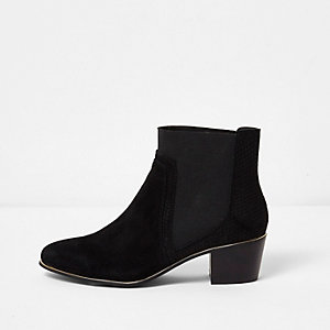 Schwarze, spitze Stiefel mit Goldbesatz