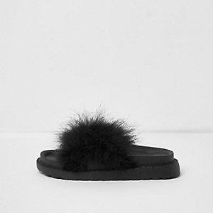 Zwarte slippers met gekruiste bandjes en veren