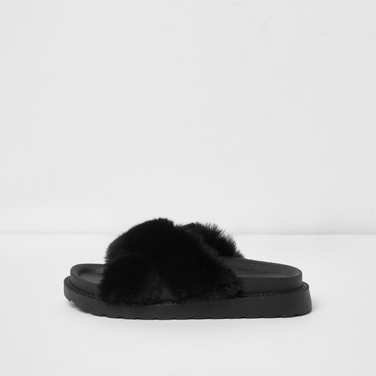 Zwarte slippers met gekruiste bandjes en imitatiebont