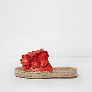 Rote Espadrilles zum Hineinschlüpfen mit Blumenverzierung