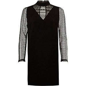 Robe trapèze en dentelle noire avec manches longues et encolure haute