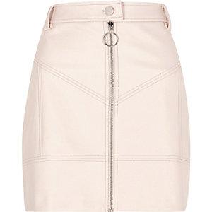 Mini-jupe en cuir synthétique rose clair zippée sur le devant