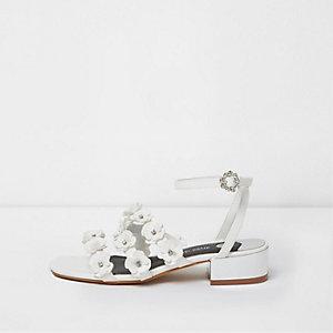 Sandales blanches à lanières et fleurs en 3D