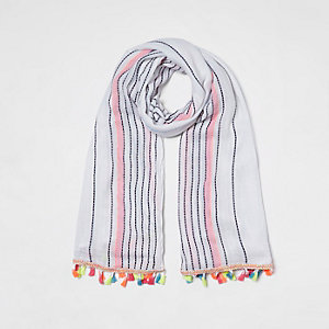 Witte sjaal met strepenprint en kwastjes aan de zoom