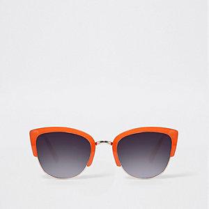 Oranje zonnebril met zwart half montuur en getinte glazen