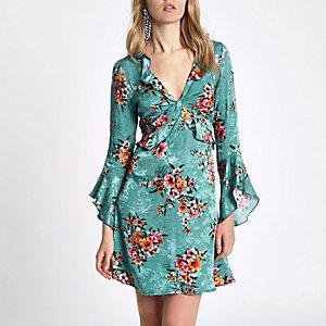 Blaues Kleid mit Blumenmuster und Rüschen
