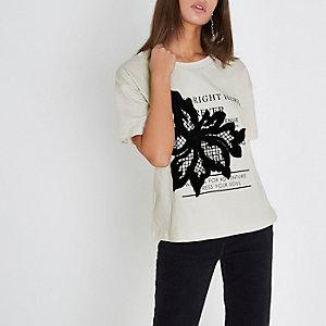 T-shirt imprimé crème avec fleur appliquée