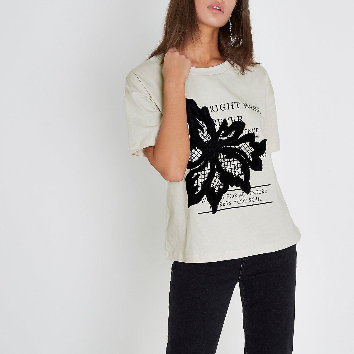 Crème T-shirt met bloemenapplicatie