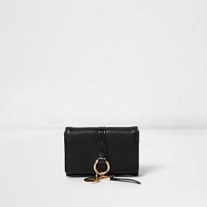 Petit porte-monnaie noir à rabat et anneau devant