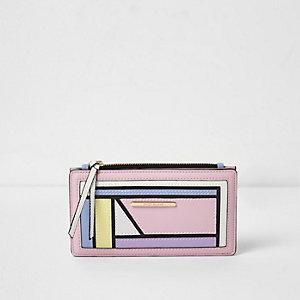 Roze smalle portemonnee met pastelkleurige kleurvlakken