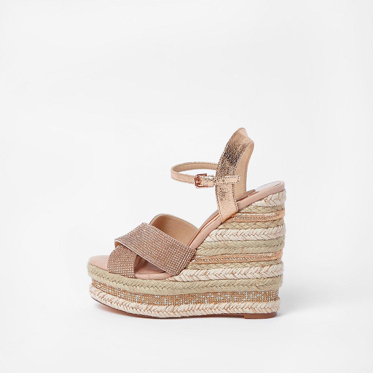 Lichtroze metallic sandalen met sleehak en diamantjes