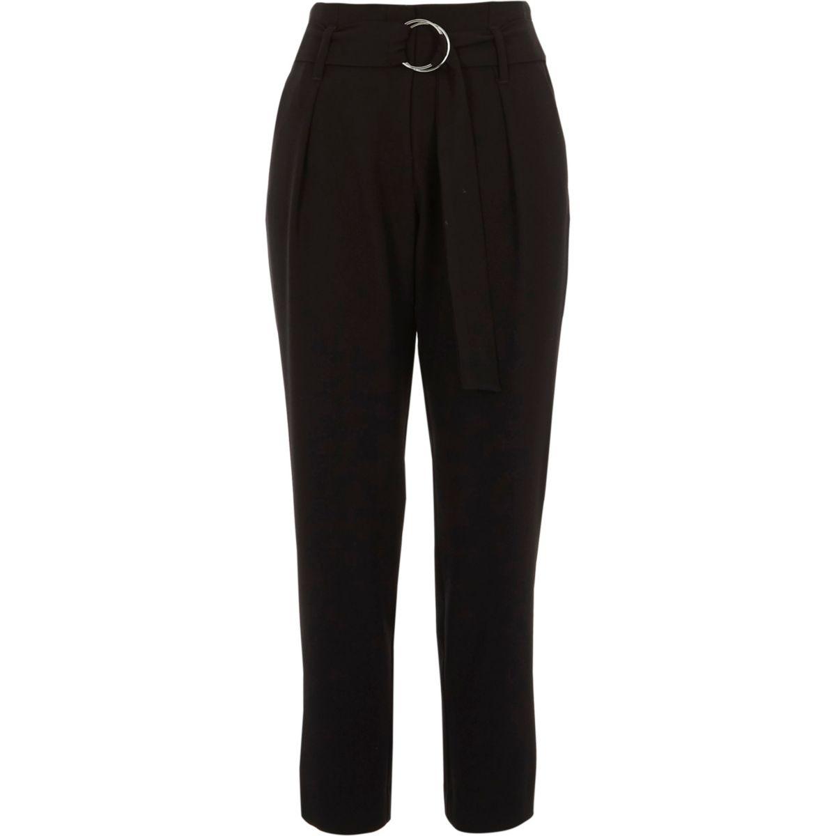 Zwarte smaltoelopende broek met strikceintuur met ring