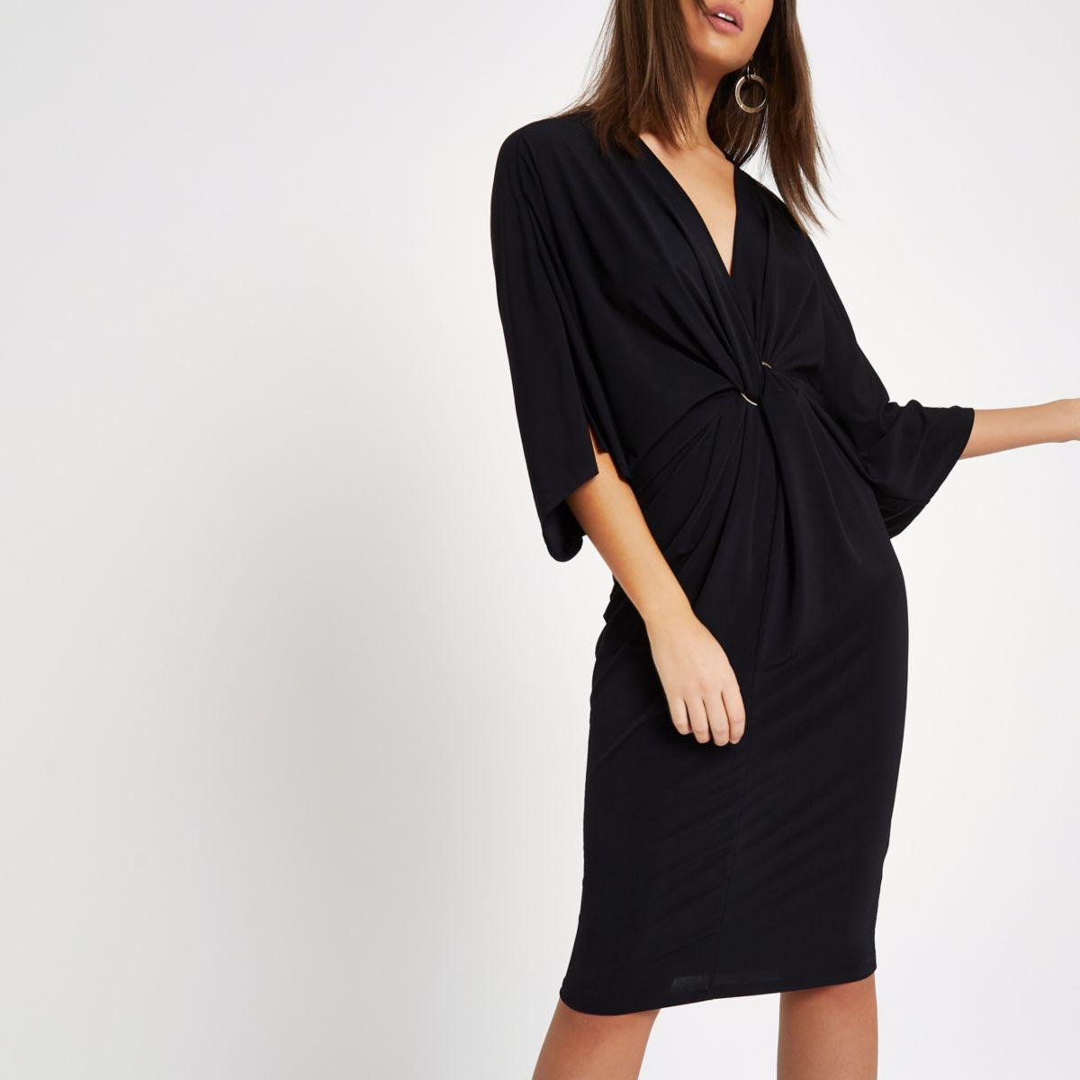 Zwarte midi-jurk met vleermuismouwen en gedraaide voorkant