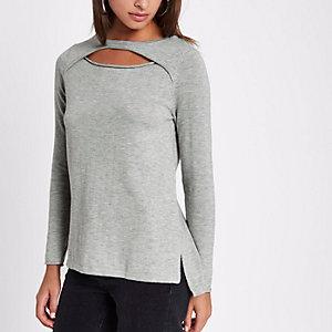 Top gris clair en tricot avec découpes sur le devant