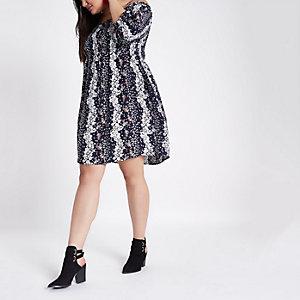 Plus – Robe bleue smockée et froncée style Bardot
