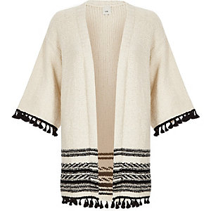 Crème vest met kimonomouwen en kwastjes aan de zoom
