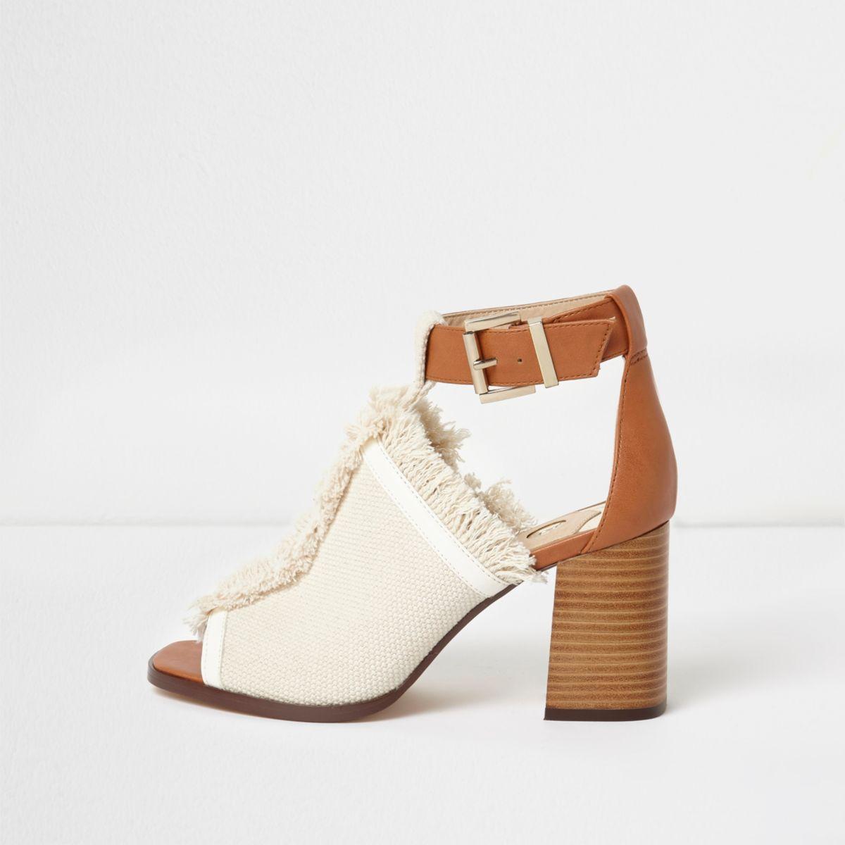 Crème schoenlaarzen met franje aan de rand en blokhak