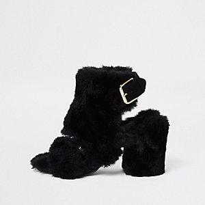 Bottines noires en fausse fourrure à talons carrés