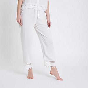 Bas de pyjama blanc à dentelle et bordure à pompons