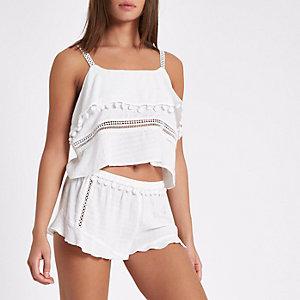 Witte pyjamashort met ruches langs de zoom en pompons