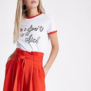 Petite – T-shirt «give a chic» blanc à bords contrastants