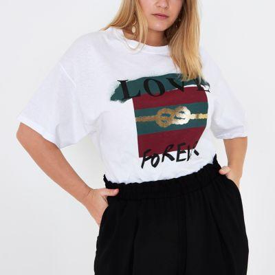 River Island Plus - T-shirt boyfriend « love forever » blanc - Plus collection Tissu Jersey «Love forever» avant impression Encolure ras du cou Manches courtes Petit ami s'adapter Guide de taille plus