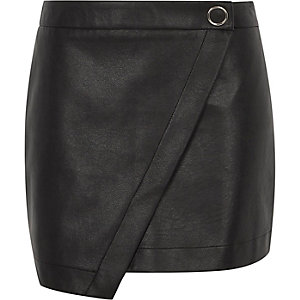 Jupe-short en cuir synthétique noire drapée sur le devant