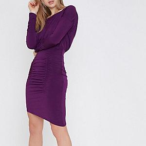 Paarse midi-jurk met rimpelingen en asymmetrische zoom